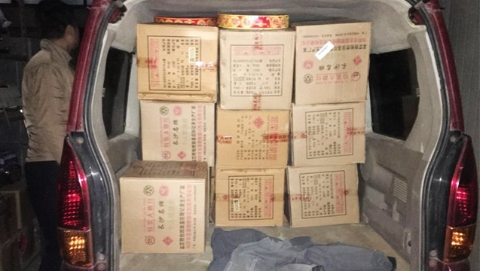 神秘面包车暴露窝点 169箱非法烟花爆竹被查获