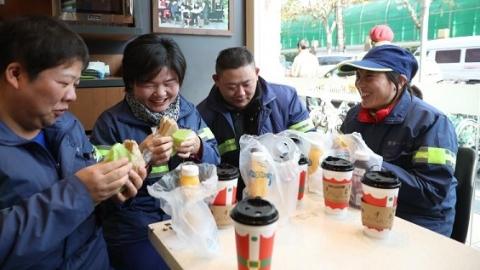 热一碗饭倒一杯水  全市5万余名环卫工人可在便利店感受温暖
