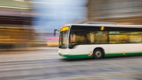 男子公交车上晕倒 司机乘客热心救助
