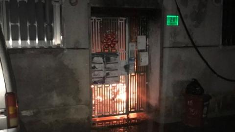 楼道内电瓶车疑因充电短路引发大火