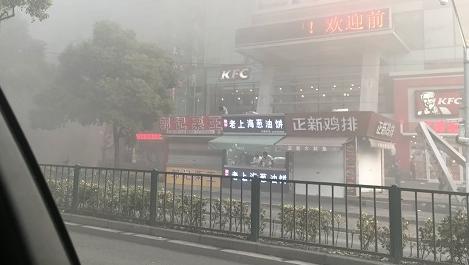 浦东沿街商铺起火 浓烟笼罩整条街