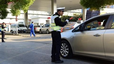 加油站业务骤增堵死路口 交警主动值守疏导获点赞