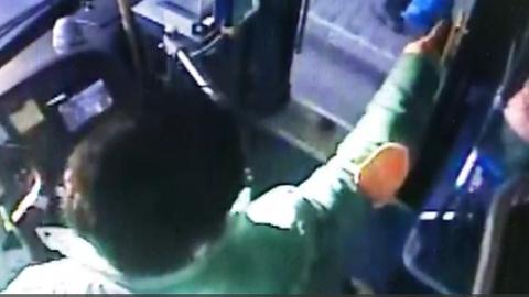 迭张面孔大家记记牢!小偷被公交司机呵斥吓跑