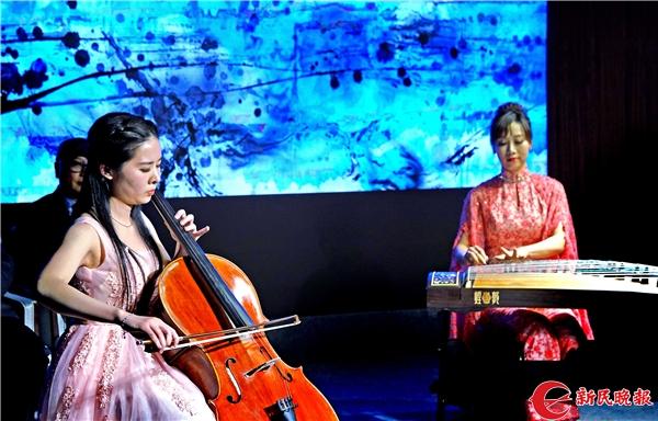 图说:方瑜和江珊在表演筝与大提琴《静夜思》 新民晚报记者 郭新洋 摄