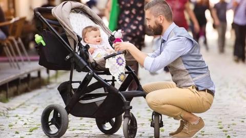 凭啥只能妈带娃?法国男性呼吁重视父权,延长陪产假