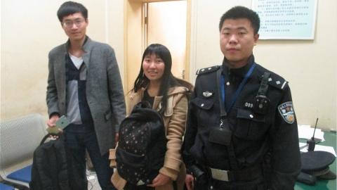"""旅客安检时背包被偷 铁警找到""""小偷""""核实才知是错拿""""孪生包"""""""
