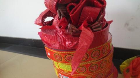 烟糖店藏匿烟花爆竹 松江警方查获齐收缴