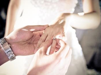 美国新人去年婚礼花费超3万美元