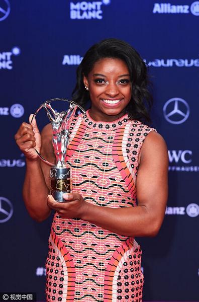 美国体操选手拜尔斯获得最佳女选手.jpg