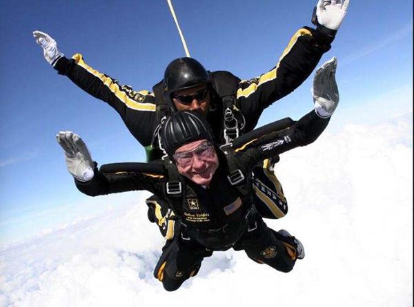 老布什高空跳伞.jpg