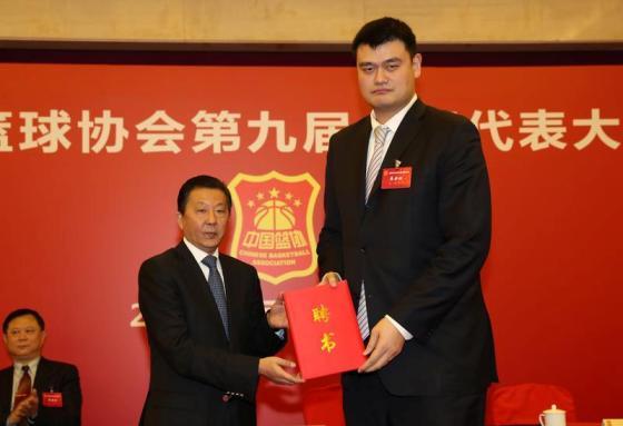 国家体育总局局长助理李颖川(左)向姚明颁发篮协主席聘书.jpg