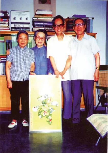 """罗洪说,""""这在钱锺书杨绛家里拍的,那年我和朱雯去北京。""""哪一年呢?罗洪说,""""反正是七十年代里的一年。"""".jpg"""