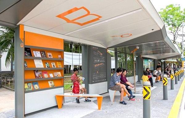 智能公交车站 图GJ 新加坡在局部地区推出智能车站原型,让人们等公共汽车时度过一段有趣、美好的时光。 这些智能车站建于新加坡西南部外海人工岛裕廊岛,为等车乘客提供手机充电、无线上网、自行车停靠和电子书下载等多项服务。车站还设有电子显示牌播报新闻、天气预报等信息。
