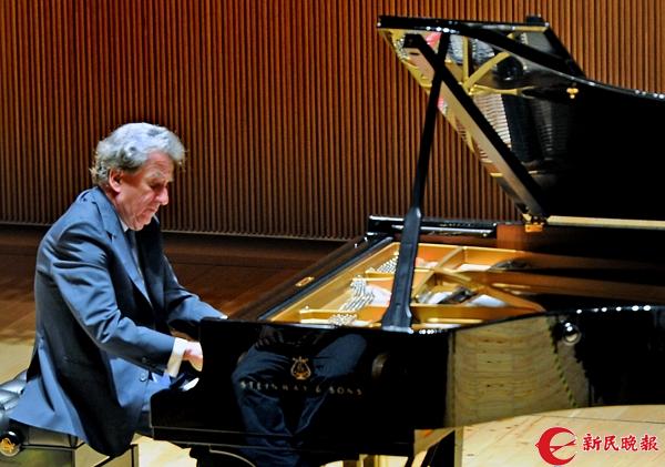 布赫宾德在演奏贝多芬钢琴奏鸣曲.jpg