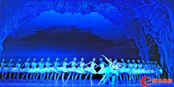 上海舞校2017届芭蕾舞专业毕业生在表演《天鹅湖》第二幕中的群舞场景-郭新洋.jpg