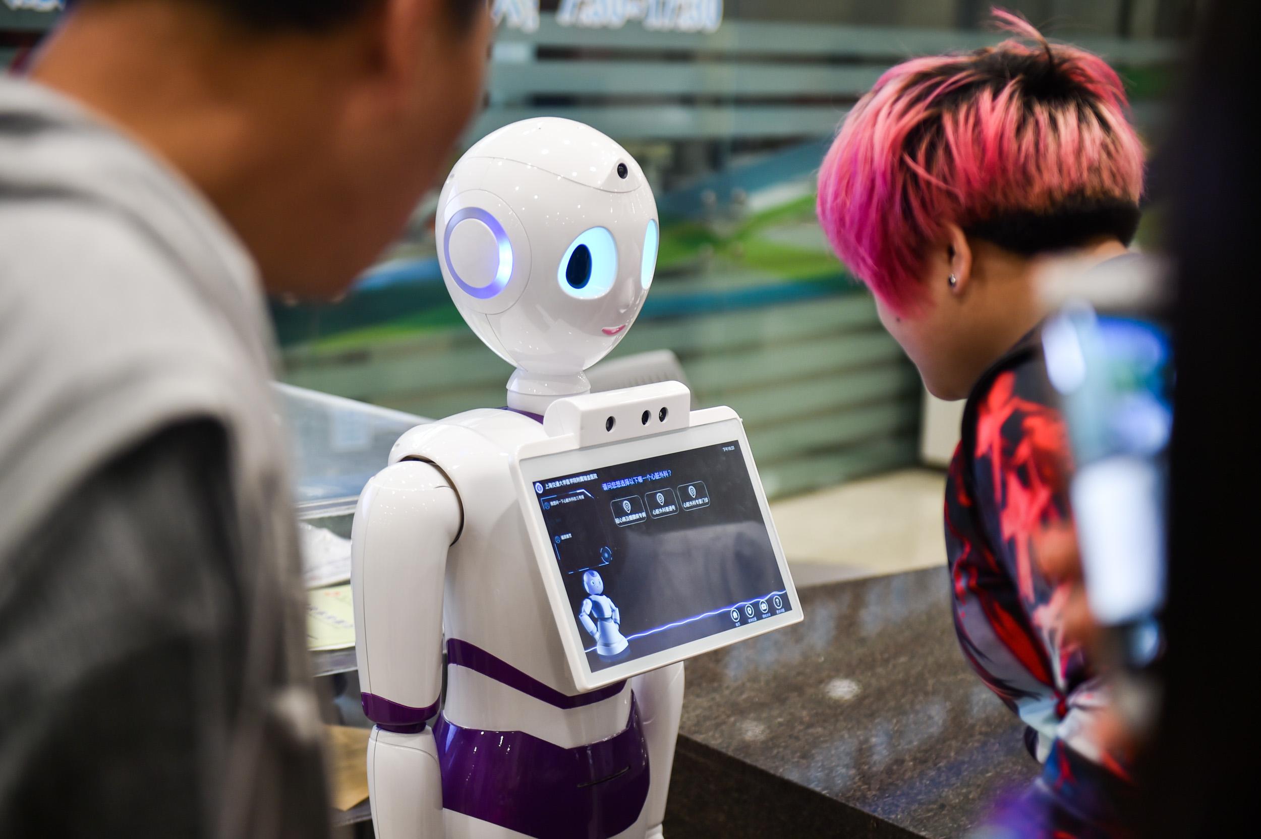 """智能导诊机器人""""小颖""""亮相瑞金医院"""