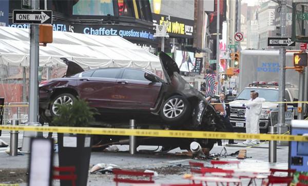 调查人员在美国纽约时报广场的汽车冲撞行人事件现场勘察 图新华社图片