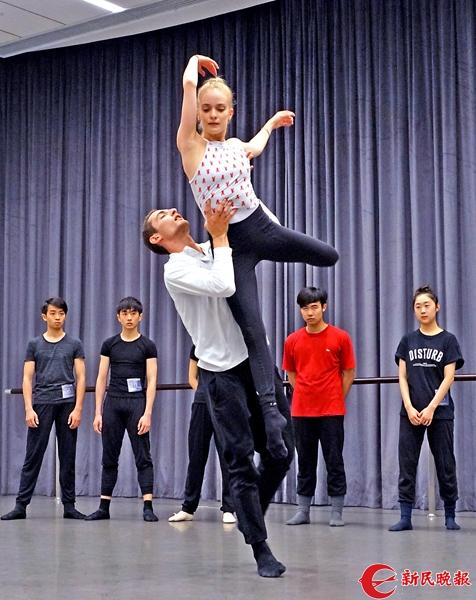 旧金山芭蕾舞团首席演员卡罗和萨沙,为学员们展示现场创编的双人舞-郭新洋.jpg