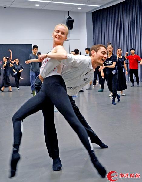 旧金山芭蕾舞团首席演员卡罗和萨沙,为学员们展示现场创编的双人舞-郭新洋2.jpg