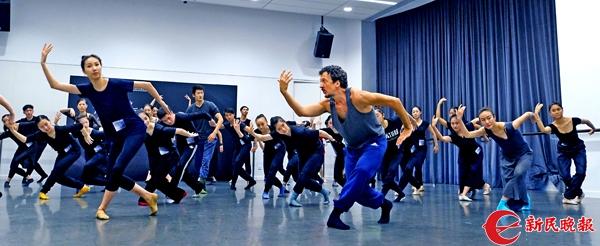巴黎国立音乐舞蹈学院编舞梅迪为学员们示范他创编的舞姿-郭新洋.jpg