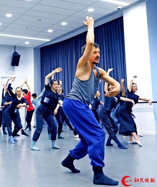 巴黎国立音乐舞蹈学院编舞梅迪为学员们示范他创编的舞姿-郭新洋2.jpg