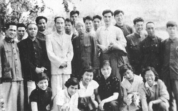 后立(左3)刘宝瑞、(左5)侯宝林、(左8)郭启儒、(右3)唐杰忠.jpg