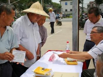 王港村里来了农林学院专家