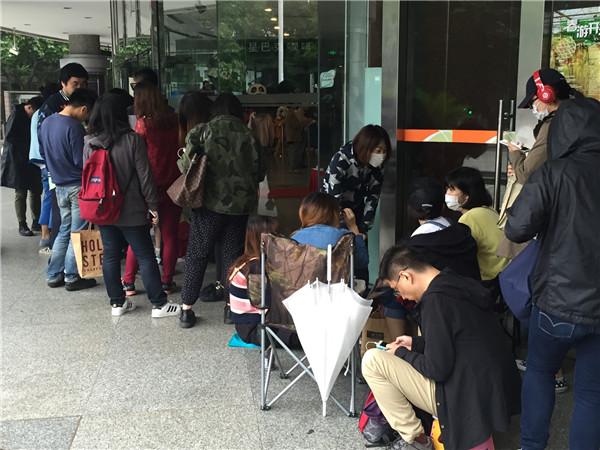 上海国际电影节开票首日排队买票的影迷.JPG