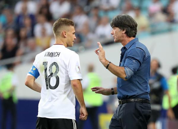 德国队主教练勒夫(右)在场边叮嘱即将替换上场的球员基米希。.jpg