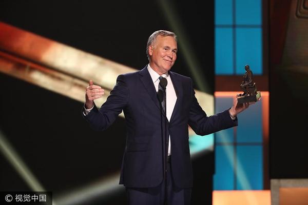 迈克-德安东尼获最佳教练奖发表讲话。.jpg
