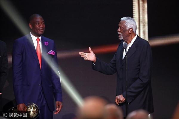 比尔-拉塞尔被授予NBA终身成就奖,在台上与五大中锋畅聊。.jpg