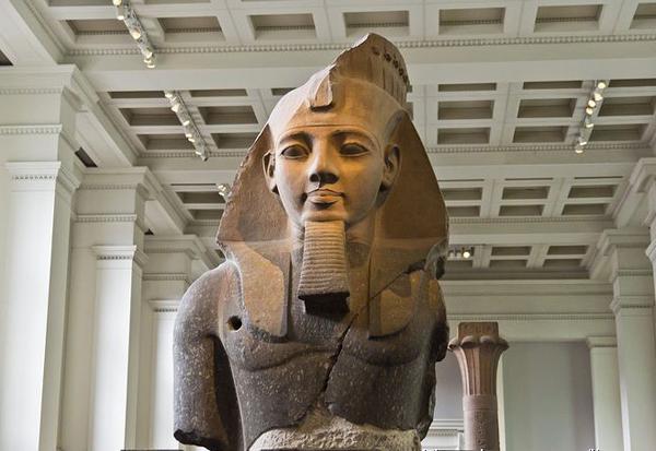 高2.6米、重7.2吨的拉美西斯二世像.jpg