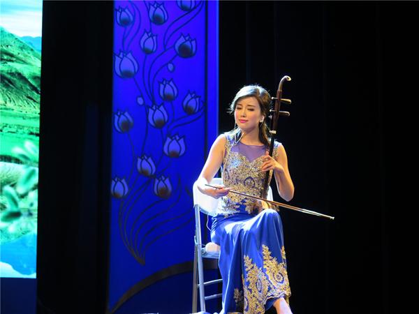 青年二胡演奏家陆轶文带来的极具中国江南风情的旋律《茉莉花》.JPG