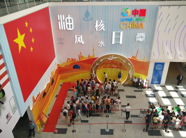 中国馆门口的排队.jpg