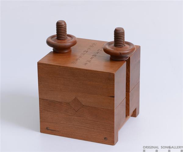 彭小佳 柴木锁 樱桃木牛角 20.5×18×18cm 2011.jpg