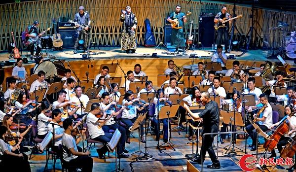 谭盾在指挥上海交响乐团和杭盖乐队演奏《美丽的草原我的家》 郭新洋.jpg