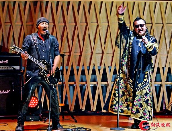 杭盖乐队主唱胡日查和巴图巴根在演唱-郭新洋.jpg