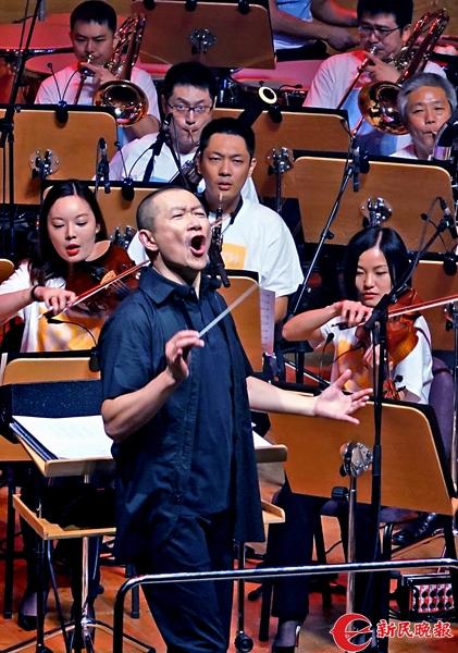谭盾在指挥现场观众与乐队共同欢唱-郭新洋.jpg