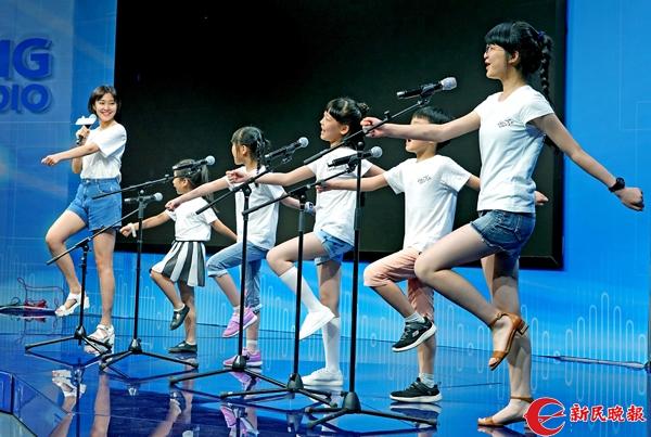 《音乐之声》女主角党韫葳和五位小演员为大家表演剧中的唱段《哆来咪》-郭新洋.jpg