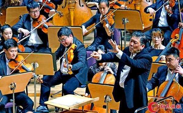 余隆在指挥上海交响乐团演奏肖斯塔科维奇的《d小调第五交响曲》-郭新洋.jpg