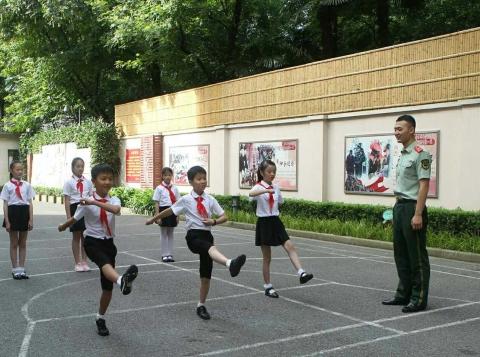 看五星红旗如何升起 复二小学给学生布置特别暑假作业