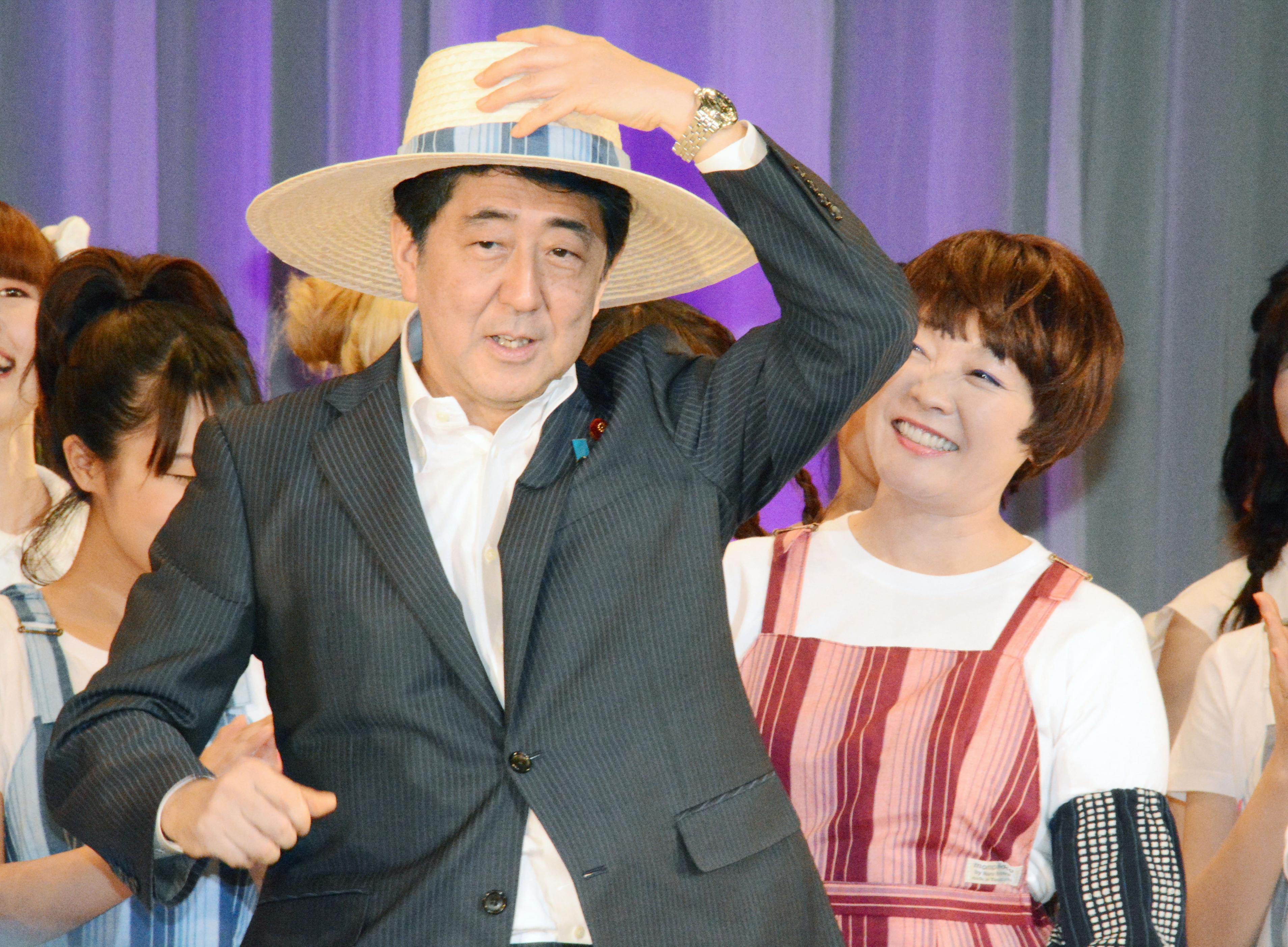 7月26日,日本山口县长门市,日本首相安倍晋三与夫人昭惠(右)一同参加