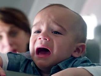 捷蓝航空奇葩规定?熊孩子哭闹 全家被赶下飞机