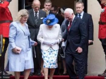 """加总督扶英女王下台阶 两国媒体因""""触碰""""吵翻天"""
