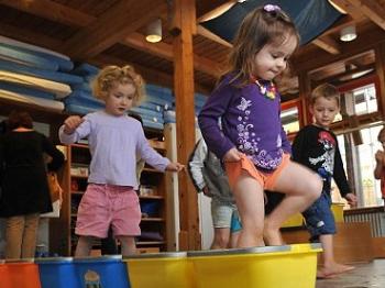 """让孩子""""玩得""""更有创造力 德幼儿园尝试""""告别玩具"""""""