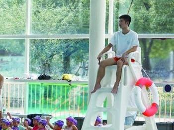 【文体社会】泳池边的守望者 走近酷暑中忙碌的救生员