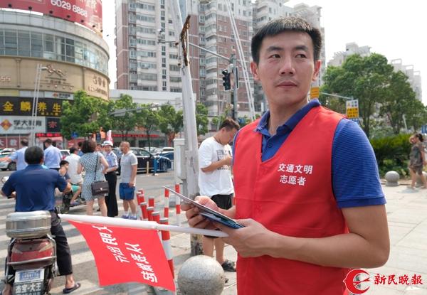 申花球员身披红马甲上街宣传遵守交通法规 刘歆 摄 (5).jpg