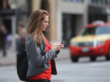 过马路时玩手机 在夏威夷要罚款