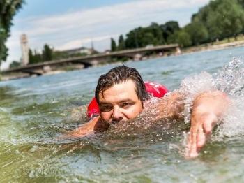 为避马路大堵车 慕尼黑男子游泳上班