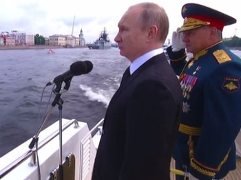 """俄罗斯举行""""海军节""""阅兵仪式  中国军舰受邀亮相"""
